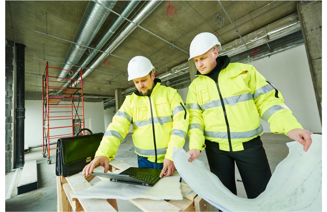 valvoja ja rakennusmestari tutkivat  P1-puhtausluokan rakentamisen toteutumista